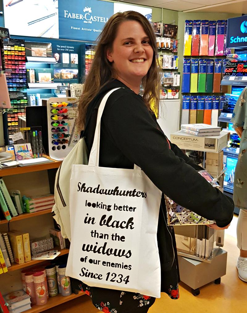 Leanne met een Shadowhunters totebag uit de Reviews and Roses Shop